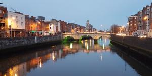 Dublin-city-centre-bridge-nighttime-Ireland